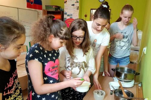 Rovesnícke vzdelávanie - výroba liečivých mastičiek